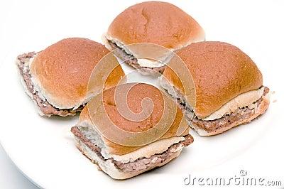 Mini cheeseburgers de las hamburguesas con las cebollas