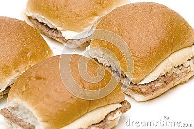 Mini cheeseburgers dos Hamburger com cebolas