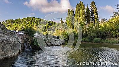 Mini- vattenfall av niellesna i Occitania stock video