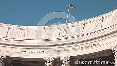 Ministero degli affari esteri dell'Ucraina con sede a Kiev La bandiera sventola sopra l'edificio Movimento lento video d archivio
