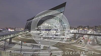 Minneapolis, Mn - December 2017 - een breed schot van de hoek lang blootstelling van de nieuwe de Bankstadion en Lightrail van de stock videobeelden