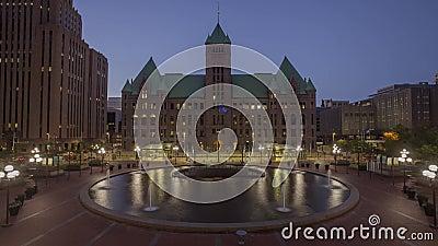 Minneapolis, Mn - Juli 2017 - wijd geschoten van het plein van mensen en de Stad Hall Building van Minneapolis en Lightrail Stati stock video