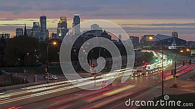 Minneapolis van de binnenstad achter Hiawatha-Ave bij Zonsondergang 4K UHD Timelapse stock video