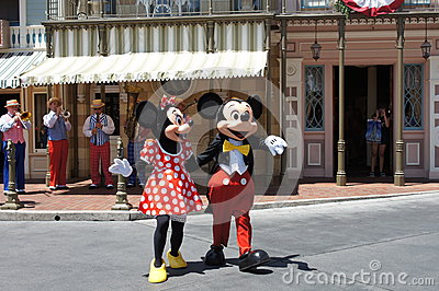Minnie y Mickey Mouse en Disneylandya Foto de archivo editorial