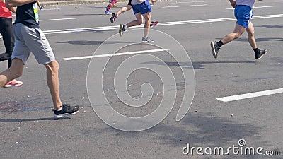 Minsk, Biélorussie 9 septembre 2018 : Personnes de jambes courant un marathon sur la rue banque de vidéos