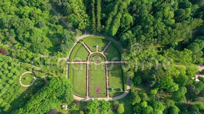 MINSK BIAŁORUŚ, MAJ, -, 2019: Powietrzny trutnia strzału widok miasto ogród botaniczny Zieleni drzewa i trawa z góry zdjęcie wideo