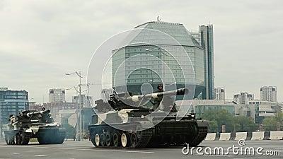 Minsk, Vitryssland - 28 juni 2017: Militärvagnar som rör sig nära Vitrysslands nationalbibliotek under repetitionen före stock video