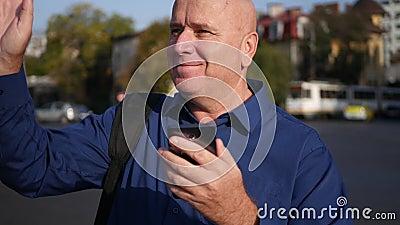 Mirada de Text Using Cellphone del hombre de negocios en la calle y saludar feliz metrajes