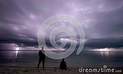 Mirando fijamente la tormenta del relámpago