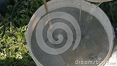 Mischender Zement in einem Eimer stock video