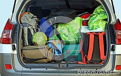 Mismo coche con el tronco lleno de equipaje