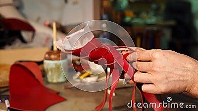 Mistrz przeplata czerwonego rzemiennego zespół butli casing w rzemiosło warsztacie zbiory wideo