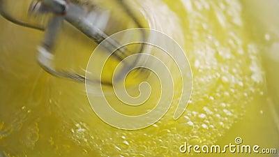 Mistura de ovos com bolo delicioso video estoque