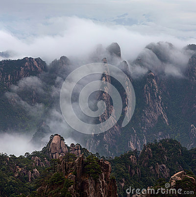 Free Misty Morning In The Huangshan Mountain (Yellow Mountain), China Royalty Free Stock Images - 42199429