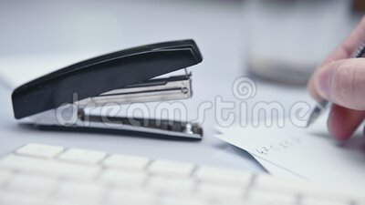 Mit Stapler, Staplerpapier, mit Büroversorgung kämpfen, Schuss schließen stock footage