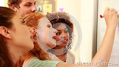 Mitschüler, die auf das whiteboard schreiben stock video