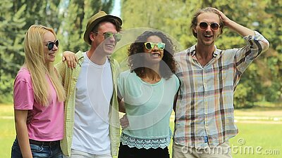 Mitschüler, die miteinander, umarmend, Lachen sprechen und bedenken gute Zeiten stock footage