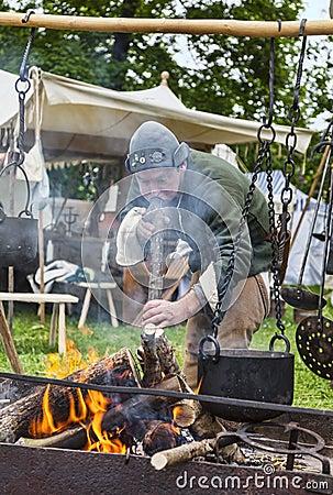 Mittelalterlicher Mann, der Nahrung zubereitet Redaktionelles Stockfoto