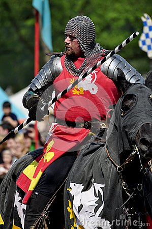 Mittelalterlicher Ritter auf zu Pferde