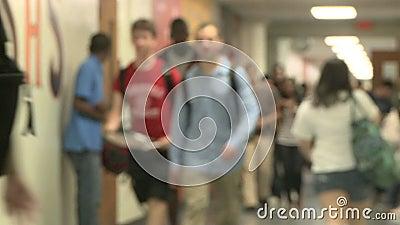 Mittelschulestudenten, die Schule verlassen (4 von 5) stock video footage
