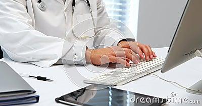 Mittelteil von Doktor schreibend auf Tastatur stock video footage