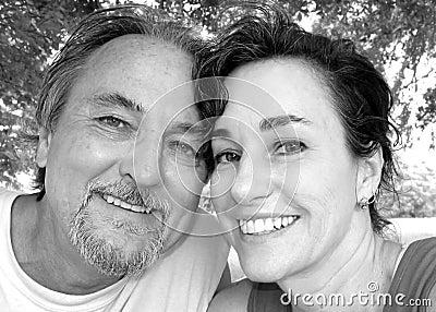 Mittlere gealterte glückliche Paare