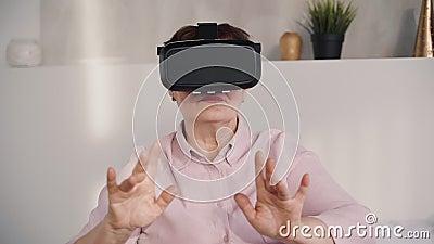 Mittlere Greisin in Google-Gläsern auf vr Sturzhelm stock video