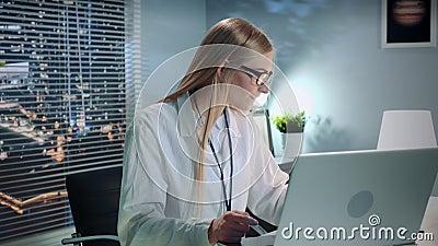 Mittlere Nahaufnahme des Berufspsychologen Therapie-Sitzung durch Videoanruf auf Computer on-line machend stock video