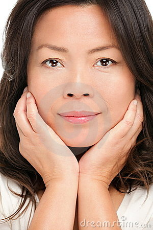 Mittleres gealtertes asiatisches Frauenschönheitsportrait