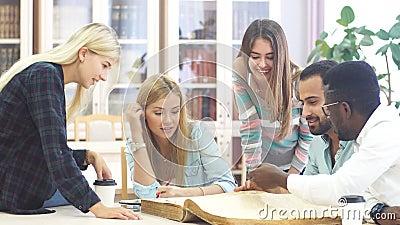 Mixed-race小组大学生做语言学研究,翻大老参考页  影视素材