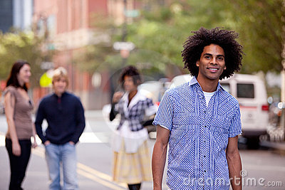 Mâle attirant d Afro-américain dans une rue de ville