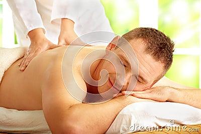 Männliche genießende Massagebehandlung