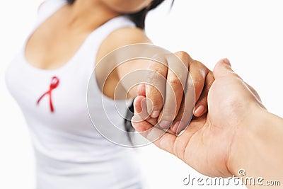 Mão da terra arrendada da mulher para suportar a causa do AIDS