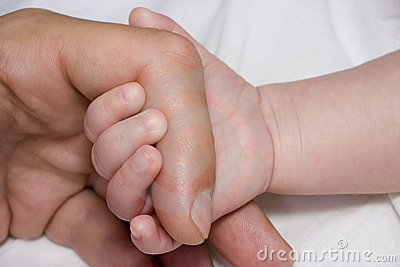 Mão do bebê e braço do pai