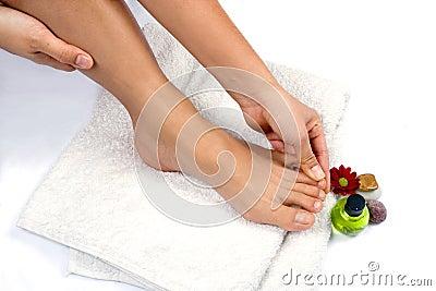 Mão que faz massagens os dedos do pé