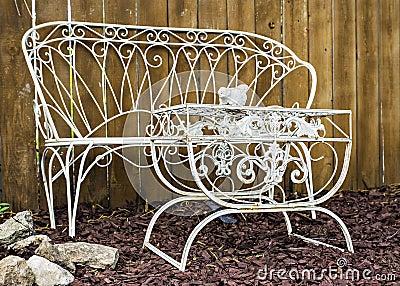 mobili da giardino bianchi di metallo fotografia stock