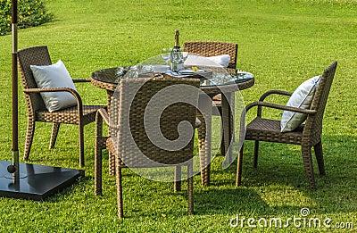 Mobilia tavola e sedie all 39 aperto del rattan fotografia for Tavola e sedie