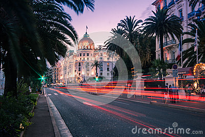 Mobilni ludzie i niewywrotni budynki Fotografia Editorial