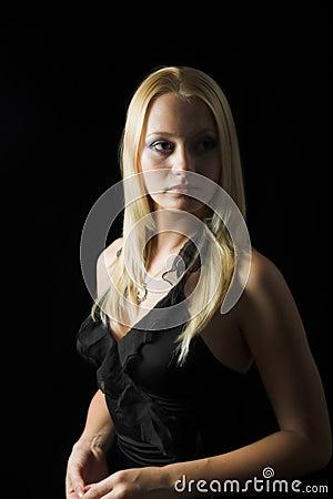 Modèle blond attrayant sur le fond noir