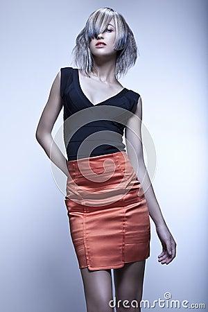 Modèle de mode avec la coupe énervée posant dans le studio
