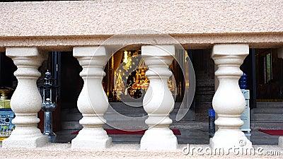 Modèle de Phra Bouddha Chinnarat chez Wat Neramit Vipassana, Dansai, Loei, Thaïlande banque de vidéos