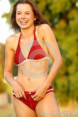 Modèle riant de bikini.