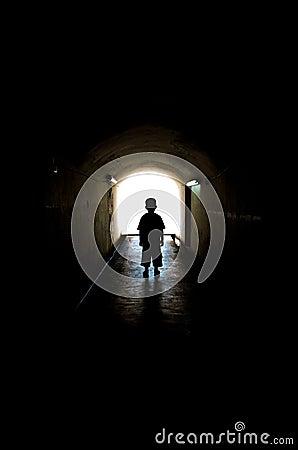 Młoda chłopiec w długim tunelowym przejściu