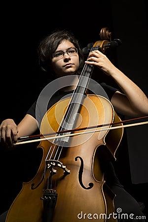Młoda kobieta bawić się wiolonczelę