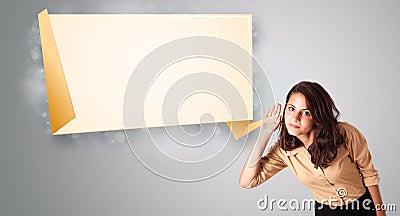 Młoda kobieta gestykuluje z nowożytną origami kopii przestrzenią