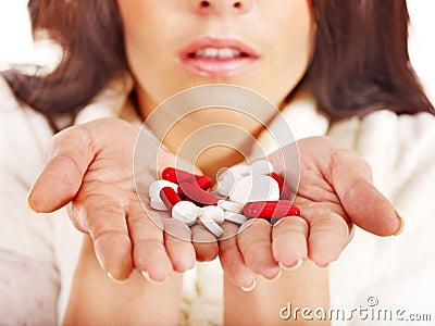 Młoda kobieta ma grypę bierze pigułki.