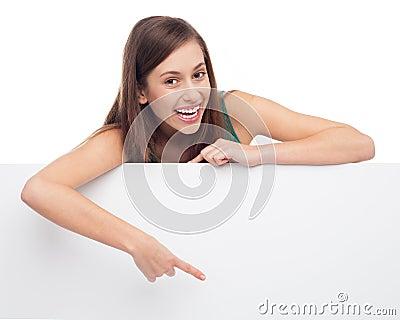 Młoda kobieta target609_0_ przy pustym plakatem