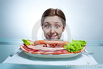 Młoda kobieta target650_0_ na talerzu