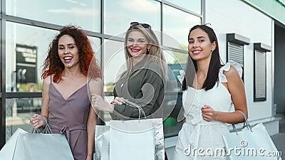 Moda szczęśliwa kobieta z miasta chodząca na zewnątrz tańcząc dobrze bawiąc się trzymając torbę na zakupy zdjęcie wideo