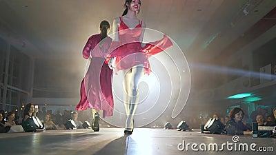 Modeindustrie, weiblich im silk Bademantelweg entlang Brücke am stilvollen Ereignis stock video footage